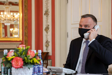 Prezydent Andrzej Duda podczas rozmowy telefonicznej z królem Jordanii Abdullahem II