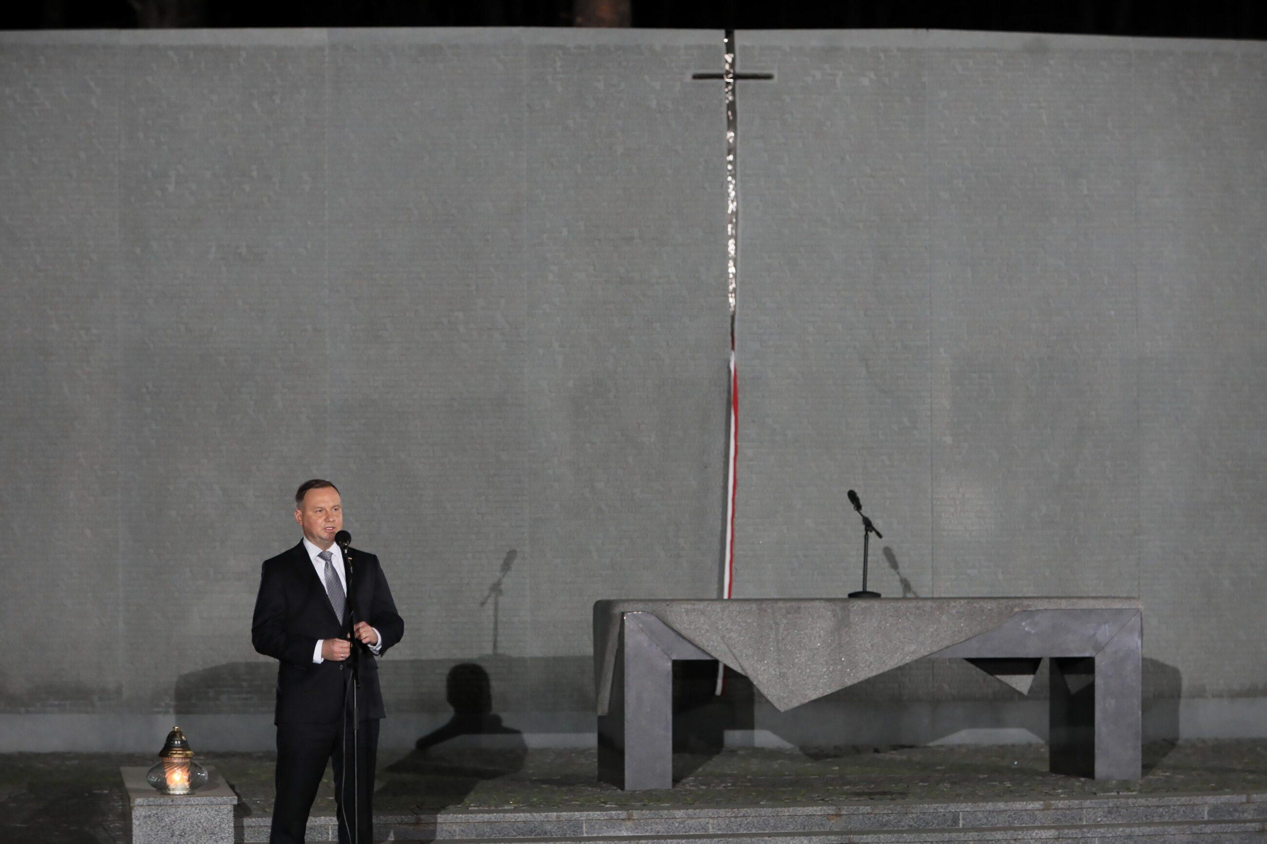 Prezydent Andrzej Duda podczas uroczystości złożenia kwiatów na Polskim Cmentarzu Wojennym w Bykowni pod Kijowem