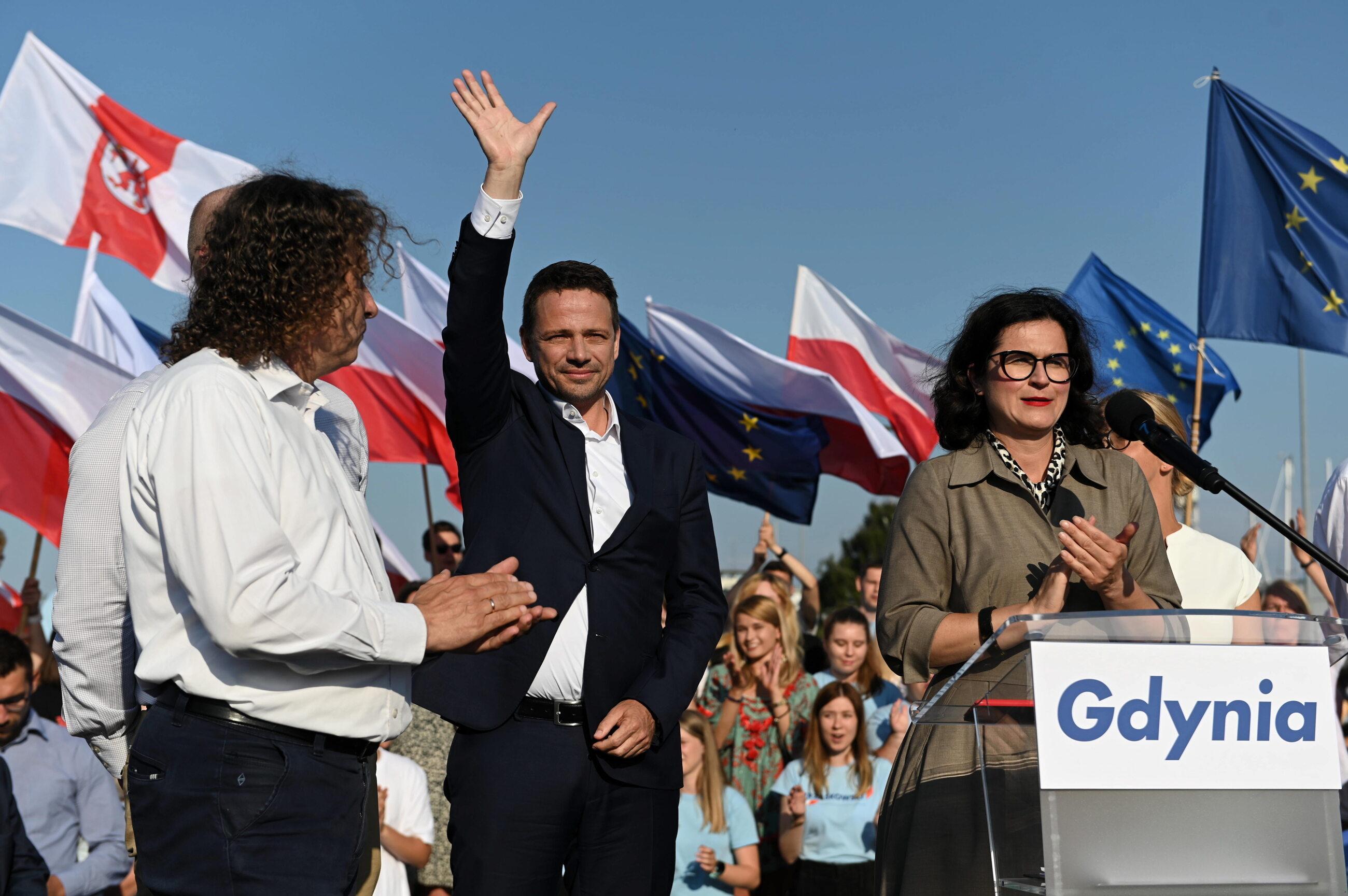 Prezydent Warszawy Rafał Trzaskowski (C) oraz prezydent Sopotu Jacek Karnowski (L) i prezydent Gdańska Aleksandra Dulkiewicz