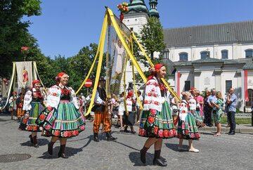 Procesja Bożego Ciała w Łowiczu, 31 bm. W całym kraju trwają uroczystości święta Bożego Ciała - jednego z najważniejszych świąt w Kościele katolickim