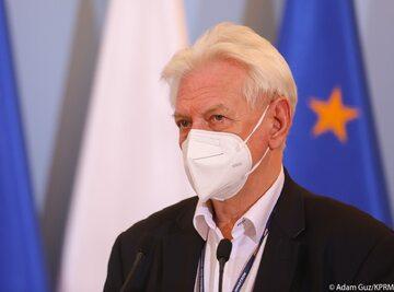 Prof. Andrzej Horban podczas konferencji prasowej w KPRM