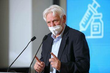 Prof. Andrzej Horban podczas konferencji prasowej w Warszawie