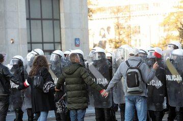 Protest w centrum Warszawy przeciwko obostrzeniom wprowadzanym w związku z pandemią koronawirusa.
