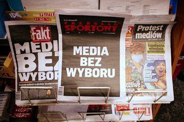 Protestów mediów na okładkach gazet, zdjęcie ilustracyjne