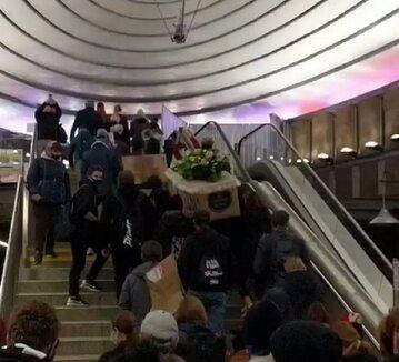 Protestujący niosą trumnę pod dom Kaczyńskiego