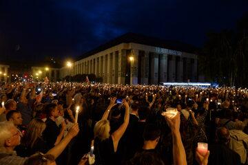 Protestujący z płonącymi świecami przed siedzibą SN