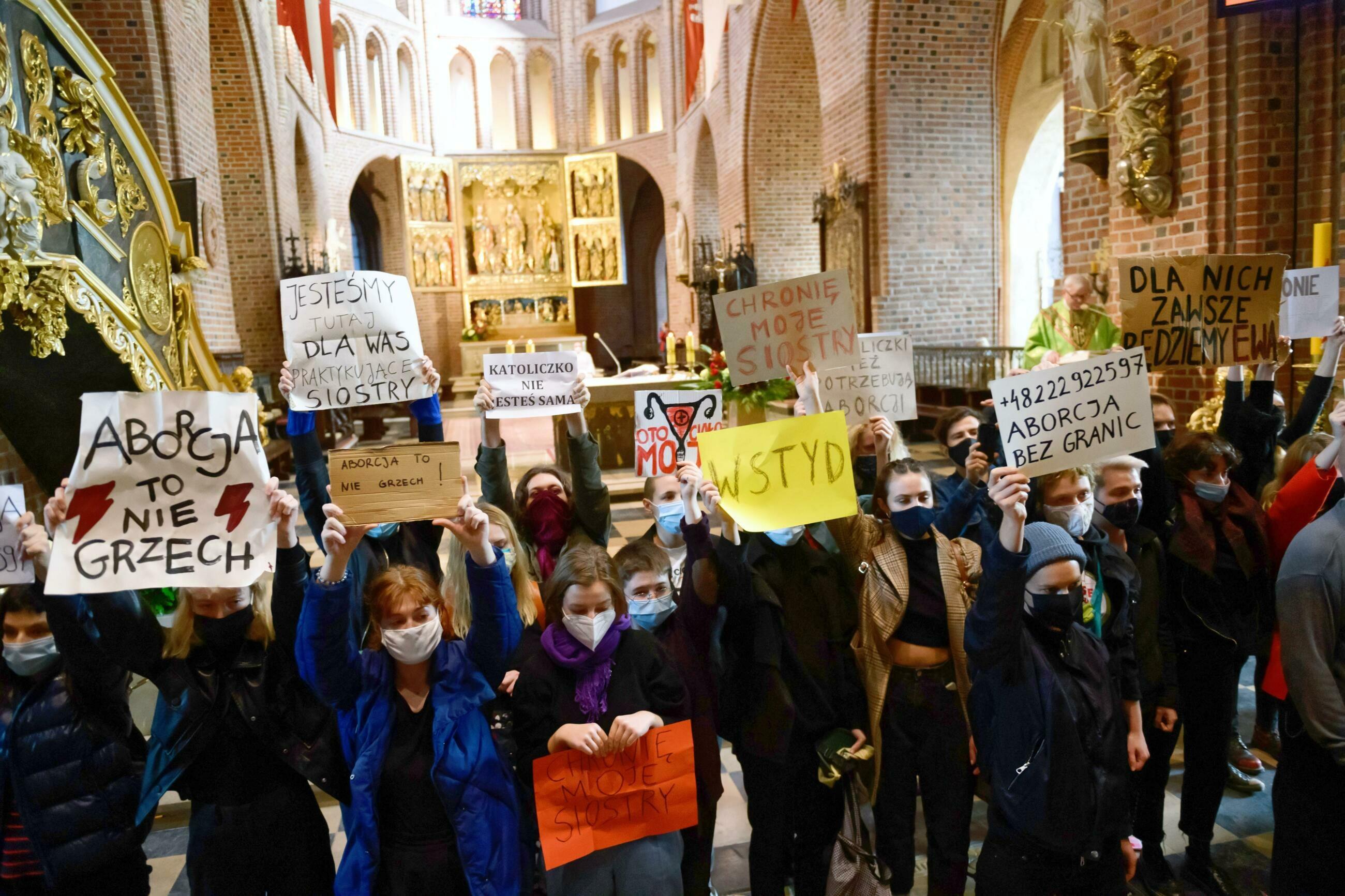 Przedstawiciele Strajku Kobiet w poznańskiej katedrze