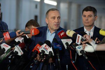 Przewodniczący Platformy Obywatelskiej Grzegorz Schetyna (C) i przecznik prasowy PO Jan Grabiec (P) podczas konferencji prasowej w Sejmie