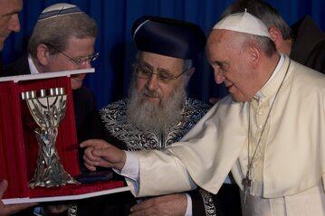 Rabin Izaak Józef (w środku) i papież Franciszek w Jerozolimie