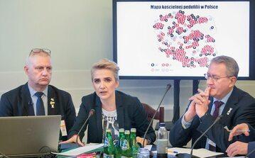 """Raport papieżowi Franciszkowi zawieźli m.in. Marek Lisiński, prezes Fundacji """"Nie lękajcie się"""" (z lewej), i posłanka Joanna Scheuring-Wielgus. Na zdjęciu: z Matthiasem Katschem, działaczem organizacji zajmującej się pedofilią w niemieckim Kościele"""