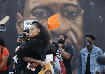 Reakcja tłumu zebranego przed mural z wizerunkiem George'a Floyda, na wyrok wobec Derka Chauvina.