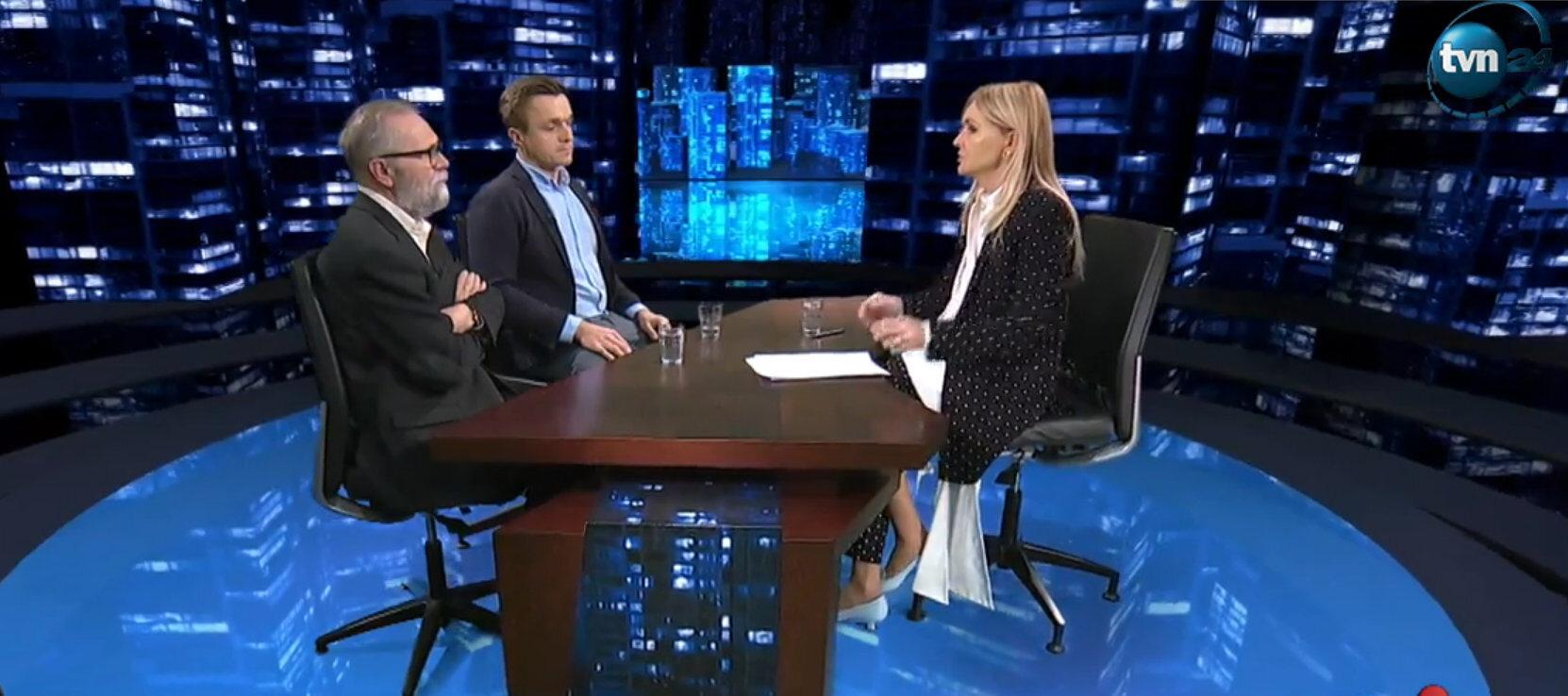 """Redaktor naczelny """"Liberte!"""" Leszek Jażdżewski komentował w studiu TVN24 kandydaturę dziennikarza i prezentera telewizyjnego Szymona Hołowni na prezydenta. Padły zaskakujące słowa."""
