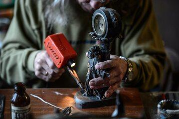 Renowacja przedmiotów kolekcjonerskich. Zdj. ilustracyjne