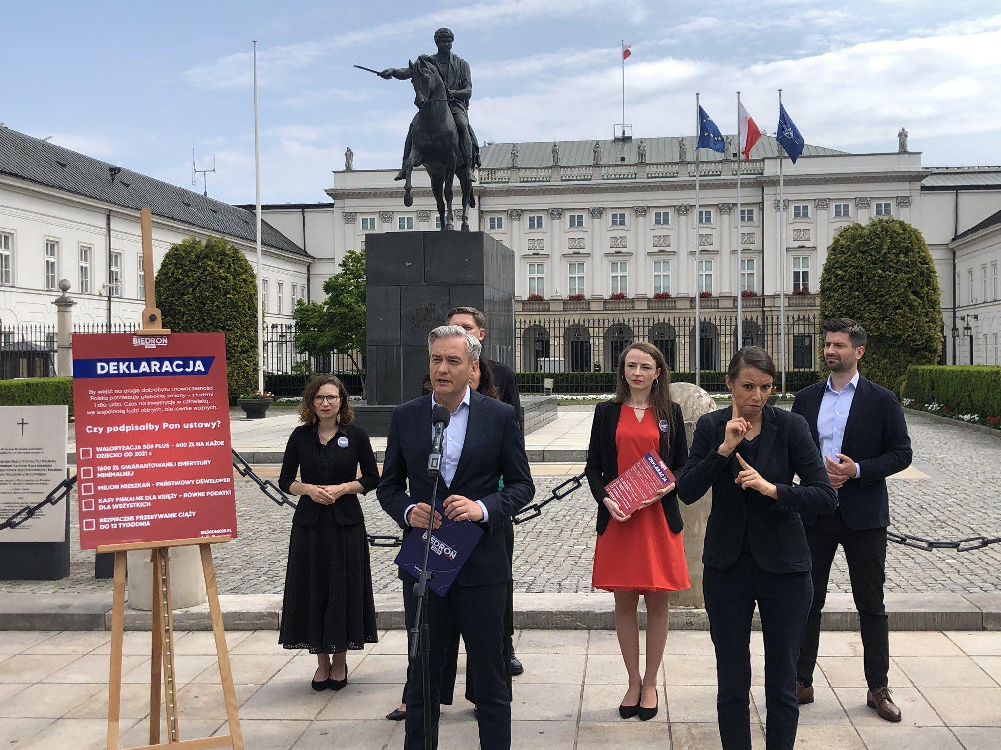 Robert Biedroń przed Pałacem Prezydenckim w Warszawie