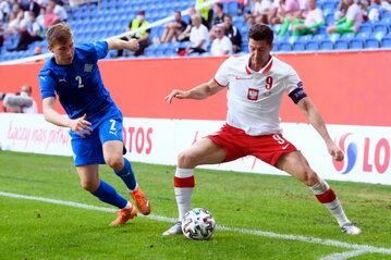 Robert Lewandowski i Alfons Sampsted z Islandii podczas piłkarskiego meczu towarzyskiego