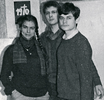Rok 1980. Grażyna Stankiewicz przed swoją gablotą solidarnościową na korytarzu Topolówki. Obok niej: Radosław Kostka i Stanisław Chybicki. Stankiewicz została aresztowana za działalność podziemną, gdy miała 17 lat