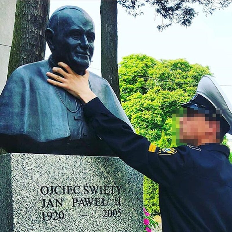 Rosyjski marynarz udawał, że dusi popiersie JPII