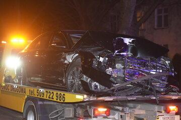 Rozbity samochód rządowy odwożony na lawecie