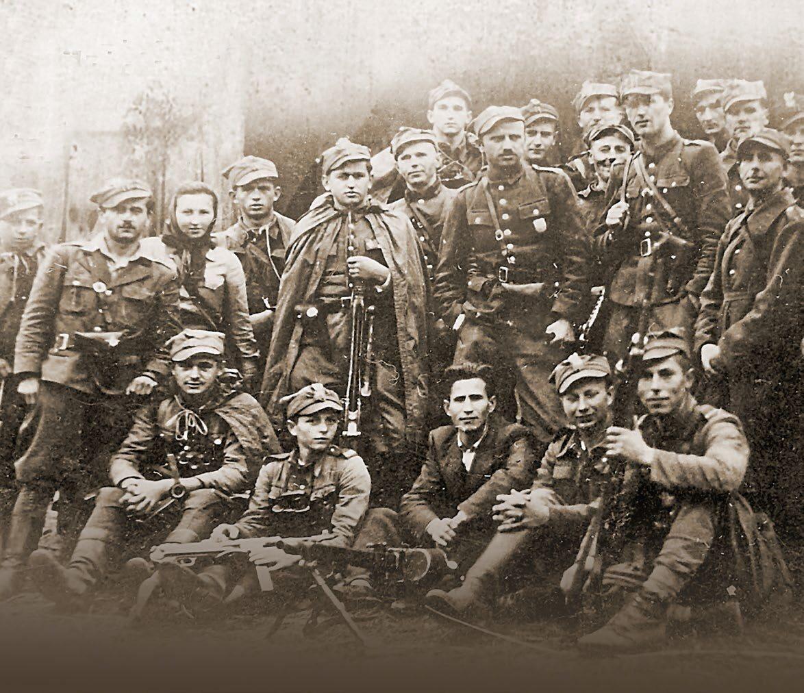 """Rozwiązanie 5. Brygady Wileńskiej AK na zdjęciu z września 1945 r., prezentowanym na wystawie """"Oddziały Łupaszki"""""""