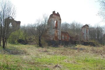 Ruiny dworu księdza Brzostowskiego w Pawłowie.