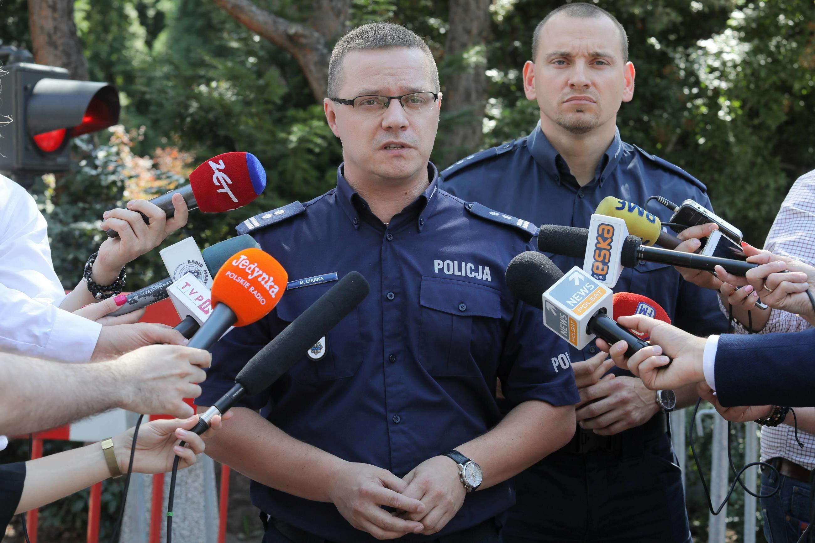 Rzecznik Komendanta Głównego Policji mł. insp. Mariusz Ciarka (C) oraz rzecznik Komendanta Stołecznego Policji kom. Sylwester Marczak (P)