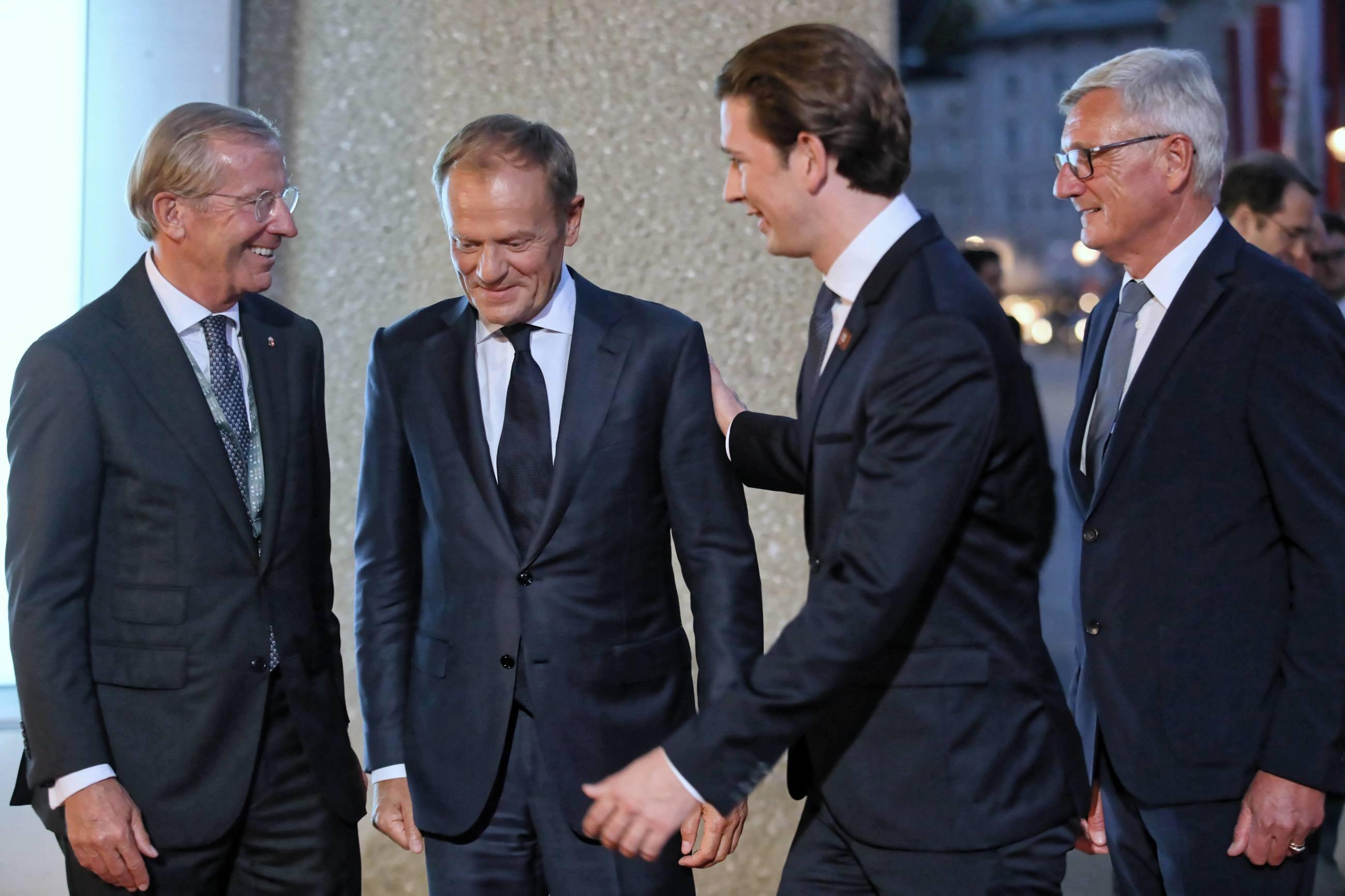 Salzburg. Przewodniczący Rady Europejskiej Donald Tusk (2L) i kanclerz Austrii Sebastian Kurz (2P) podczas powitania przed uroczystym obiadem.