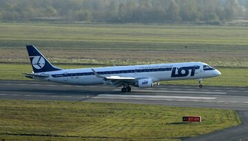 Samolot Embraer EMB-195 LR należący do Polskich Linii Lotniczych LOT