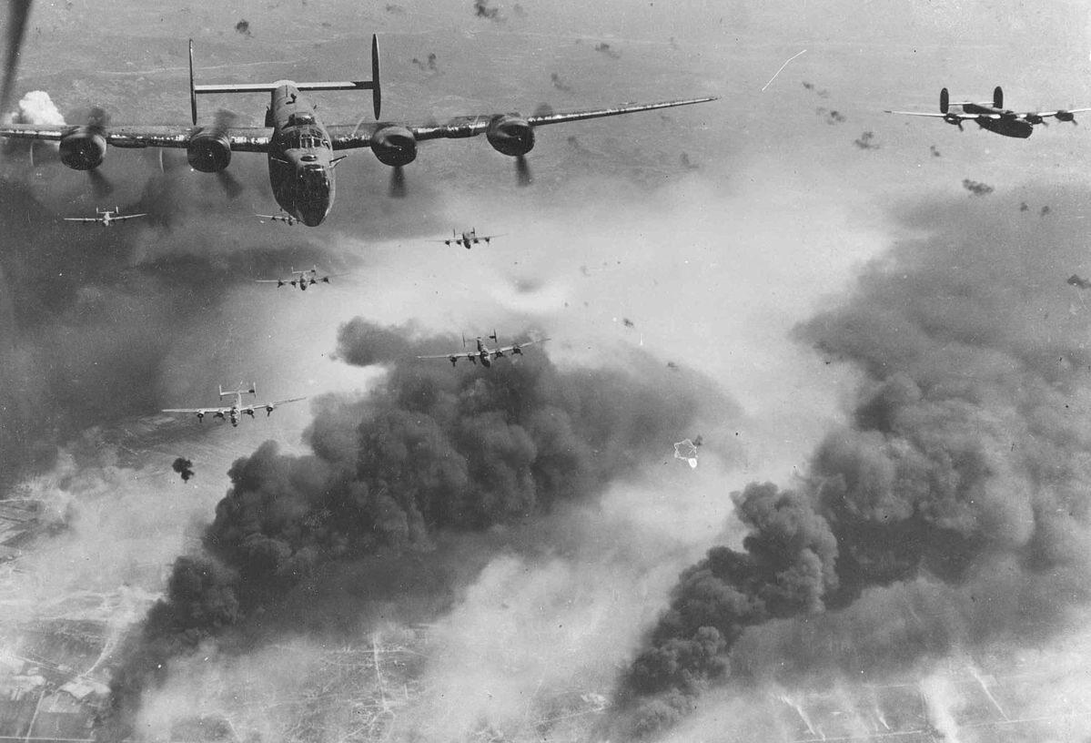 Samoloty Consolidated B-24 Liberator w akcji. Tego typu maszyny latały z pomocą dla Warszawy