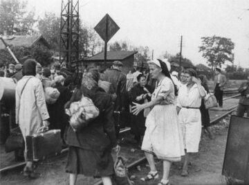 Sanitariuszki pomagające warszawiakom przybywającym do obozu Dulag 121