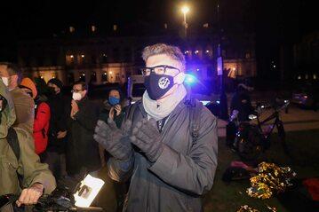 Sędzia Igor Tuleya podczas konferencji prasowej przed siedzibą Sądu Najwyższego w nocy z 22 na 23 bm. w Warszawie