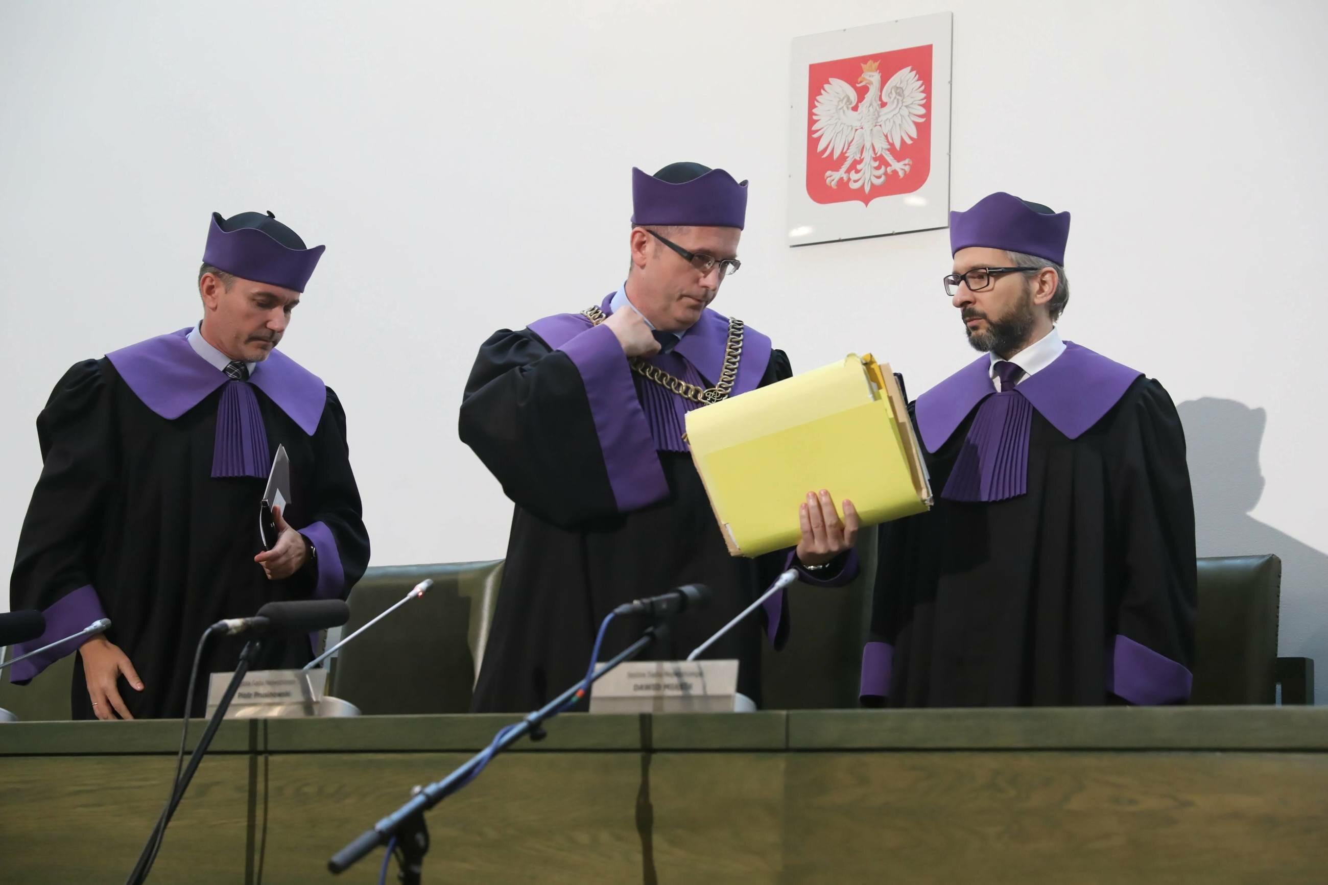 Sędziowie Sądu Najwyższego: Piotr Prusinowski (C), Bohdan Bieniek (L) oraz Dawid Miąsek (P)