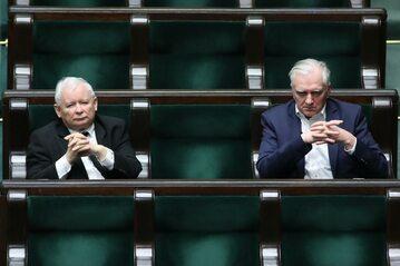 Sejm. Prezes PiS Jarosław Kaczyński (L) wicepremier, minister nauki i szkolnictwa wyższego Jarosław Gowin (P) na sali obrad.