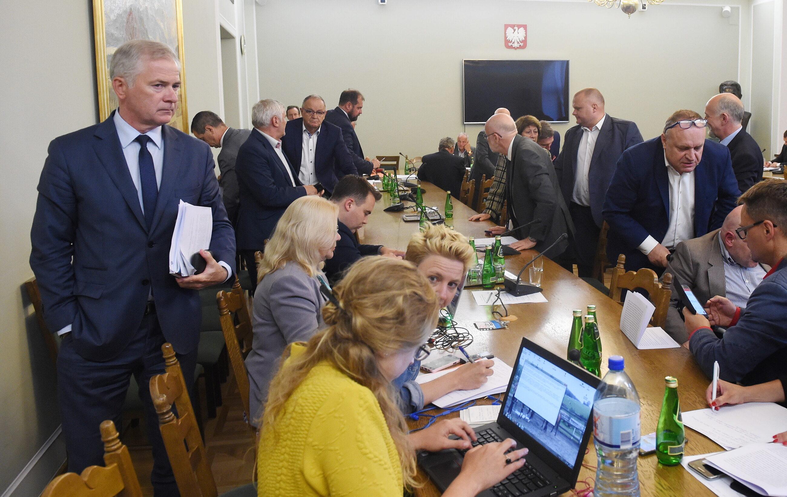 Senatorowie PO opuszczają salę obrad komisji senackiej