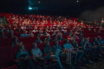 Sla kinowa pełna widzów, zdjęcie ilustracyjne