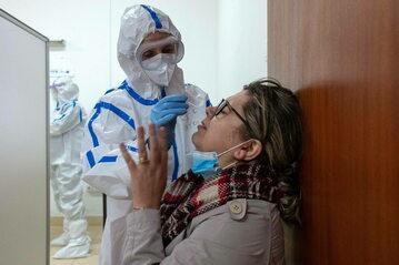 Służby medyczne przeprowadzają testy na koronawirusa