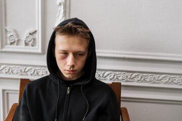 Smutny chłopiec (zdj. ilustracyjne)
