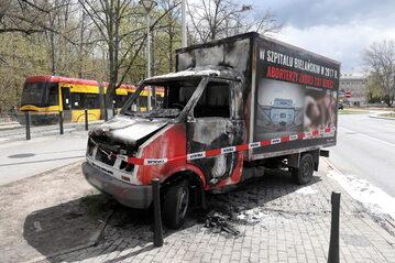 Spalona furgonetka z hasłami i plakatami przeciw aborcji przed Spitalem Bielańskim w Warszawie