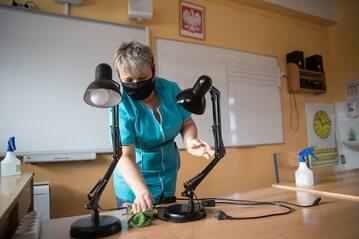 Sprzątanie sali lekcyjnej, zdjęcie ilustracyjne