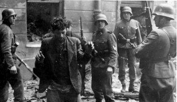 SS-mani ze schwytanymi Żydami, w czasie powstania w warszawskim getcie