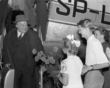 Stanisław Cat-Mackiewicz witany przez rodzinę po powrocie z emigracji; Okęcie, 1956 r.