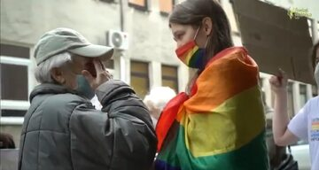Staruszka ucałowała stopy aktywistce LGBT