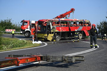 Strażacy usuwają wrak ukraińskiego autokaru wycieczkowego na drodze krajowej nr 28 w Leszczawie