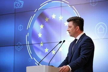 Szef KPRM Michał Dworczyk podczas konferencji prasowej w siedzibie KPRM w Warszawie