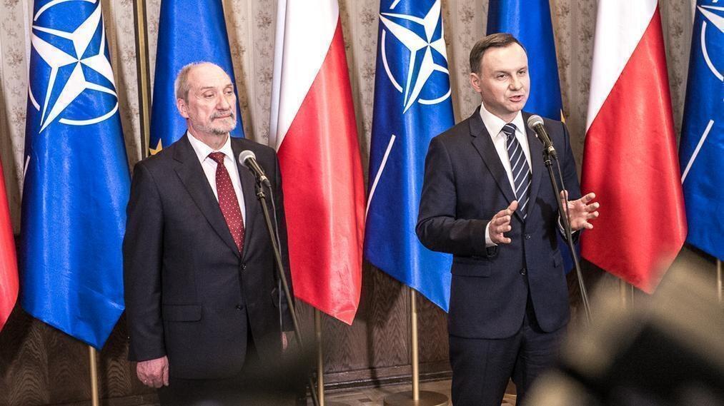 Szef MON Antoni Macierewicz (L) i prezydent Andrzej Duda (P)
