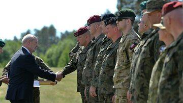 Szef MON Antoni Macierewicz nagradza weteranów misji zagranicznych