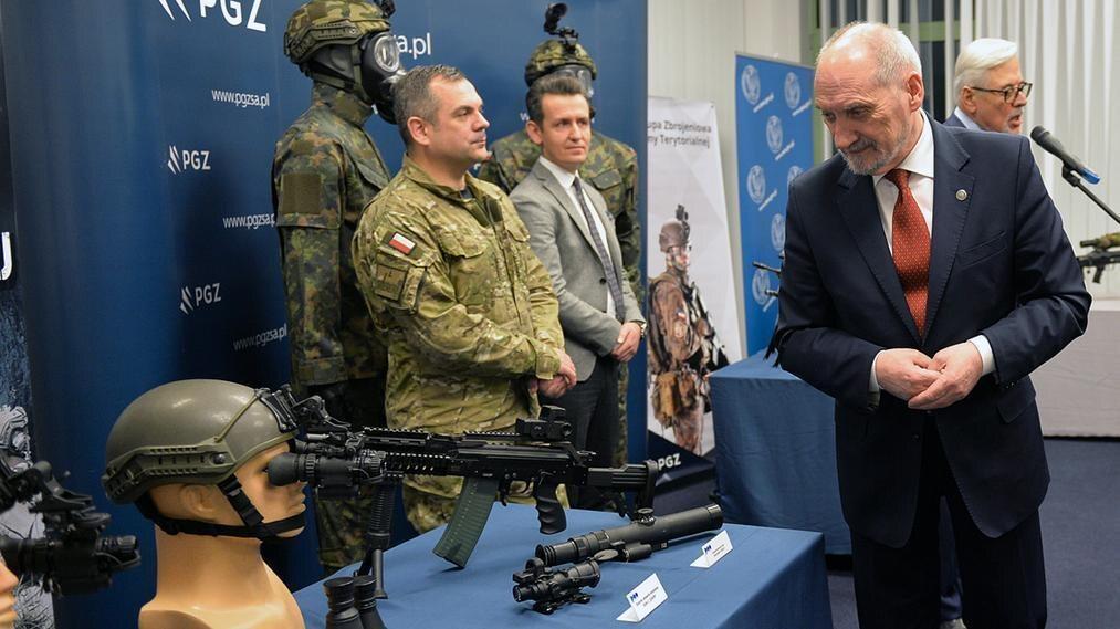 Szef MON Antoni Macierewicz podczas pokazu sprzętu dla Wojsk Obrony Terytorialnej