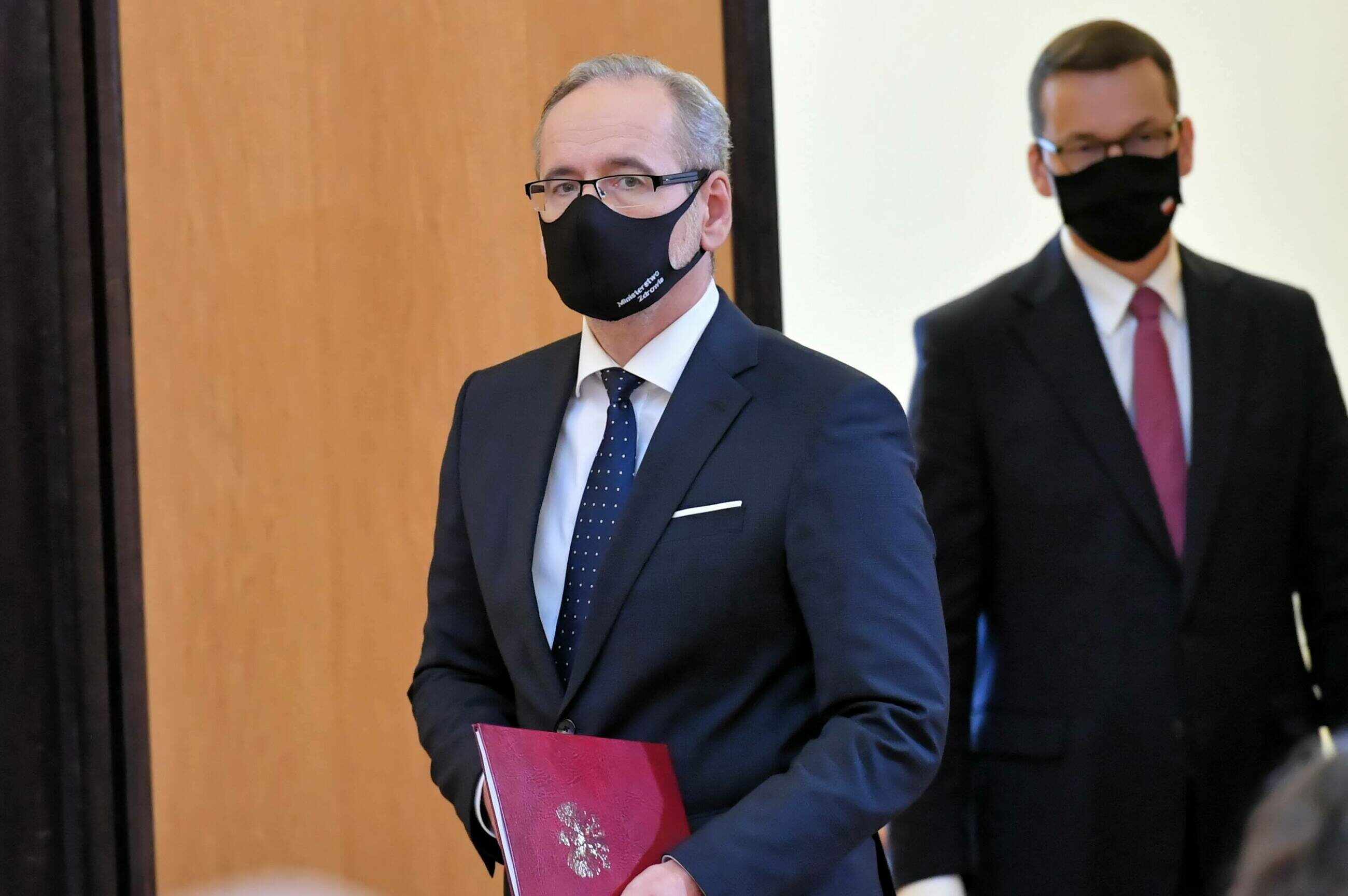 Szef MZ Adam Niedzielski podczas konferencji w KPRM. W tle premier Mateusz Morawiecki