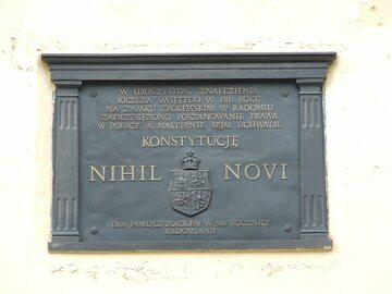Tablica upamiętniająca uchwalenie Nihil Novi na zamku w Radomiu.