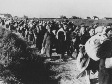 Tłum warszawiaków pędzony pieszo do obozu Dulag 121