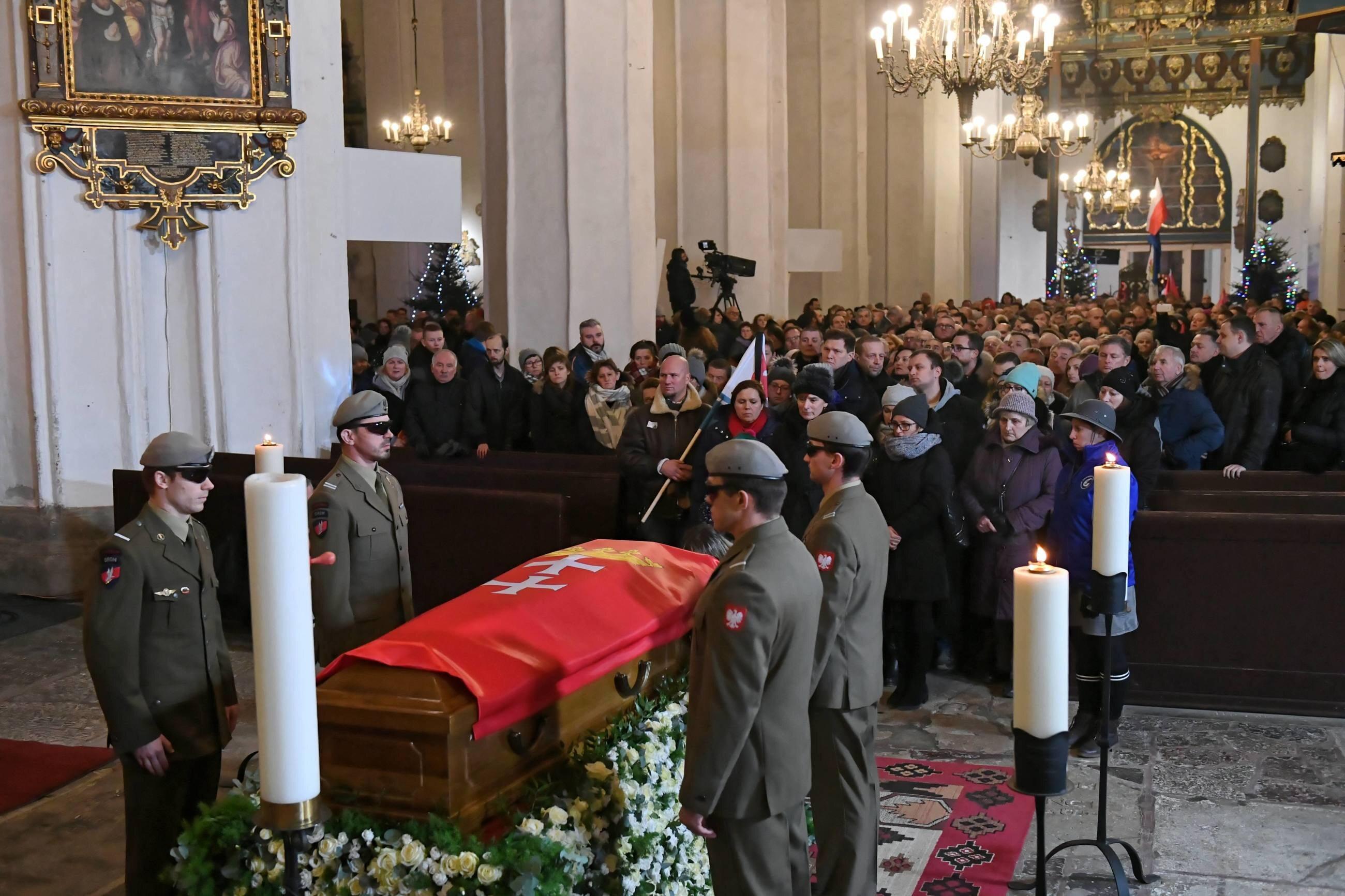 Tłumy żegnają prezydenta Pawła Adamowicza w Bazylice Mariackiej w Gdańsku
